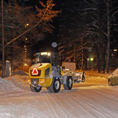 Fastighetsskötare John Ranko kör traktor på Mörtnäsvägen
