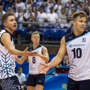 Finlands volleybollherrar gratulerar varandra efter seger.