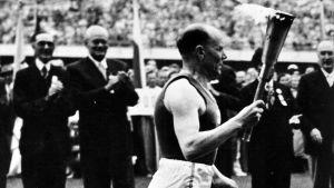 Paavo Nurmi med OS-elden 1952.