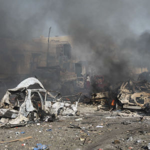 Förstörda fordon efter det förödande bombdådet i Mogadishu den 14 oktober 2017.