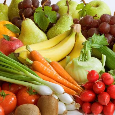 En hög med olika grönsaker och frukter, fotograferade på nära håll.