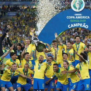 Brasilien fick lyfta bucklan i Copa América.