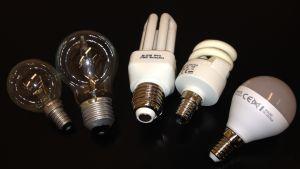 Olika lamptyper. Fr.v.: Glödlampa, Halogenlampa, 2 x lågenergilampor (lysrörslampor) och LED-lampa