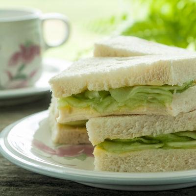 Traditionella brittiska dubbelsmörgåsar serverade med en kopp te.