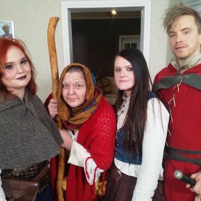 fyra personer i medeltida utstyrsel