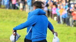 Justin Rose och Henrik Stenson firar en lyckad första dag i Ryder Cup.