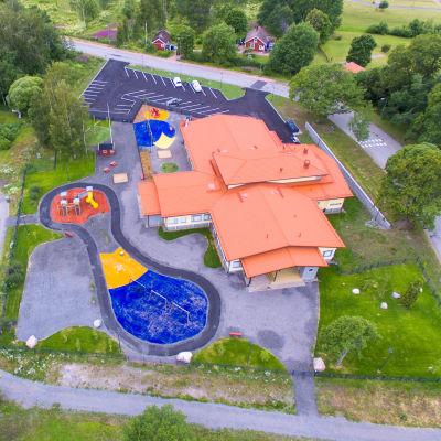 Daghemmet karusellen fotograferat från luften, man ser daghemmet och daghemsgården.