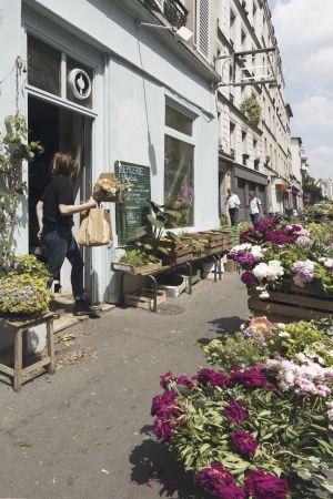 En gatuvy från en blomsterhandel i Paris.