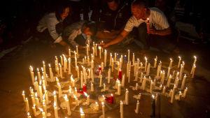 En ljusvaka för offren i attentaten mot de tre kyrkorna i Surabaya.