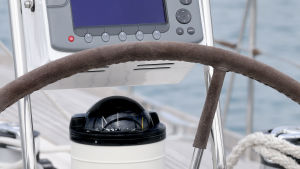 Segelbåtsroder och kompass.