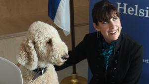 Kirjailija Cecilia Samartin USAn suurlähetystön koiran Deckartin kanssa.