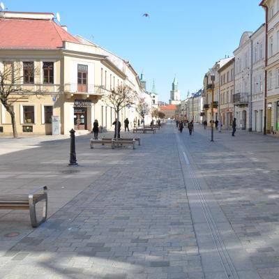En gågata i den polska staden Lublin endast ett fåtal människor är ute på gatan