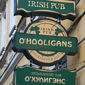 Grön skylt för puben O'Hooligans i St.Petersburg.