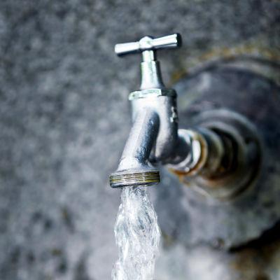 Vatten rinner ur kran