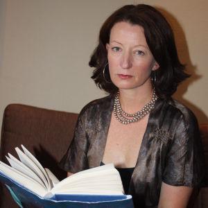 Irlantilaiskirjailija Kathleen MacMahon ja esikoisromaani This is how it ends (Näin se päättyy 2013)