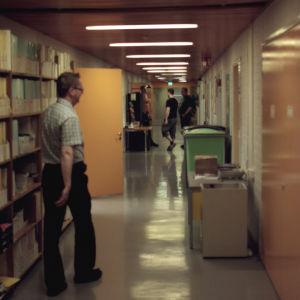 Petri Kotiluoto kävelee reaktorilaboratorioiden käytävällä.