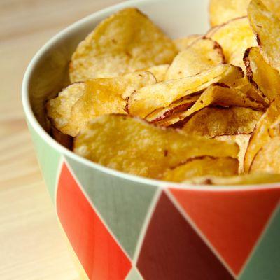 En skål med chips.