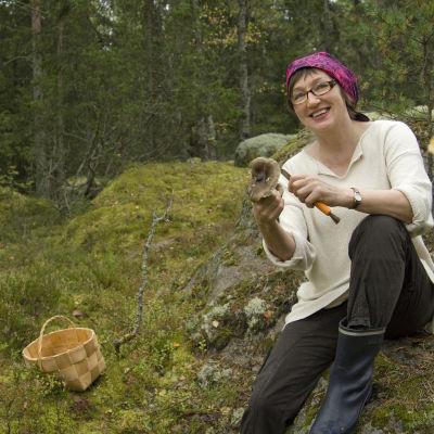Hely Tuorila sienimetsässä.