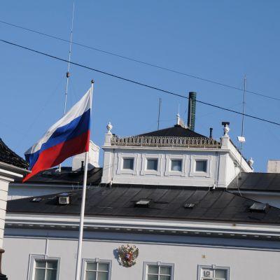 Venäjän lippu liehuu rakennuksen edessä
