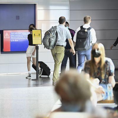 Lentomatkustajia lähtevien lentojen aulassa Helsinki-Vantaan lentokentällä 6. heinäkuuta