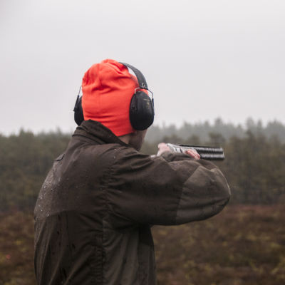 Metsästäjä tähtää haulikolla