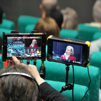 Kuvassa kameramies kuvaamassa selkovaalipaneelia.