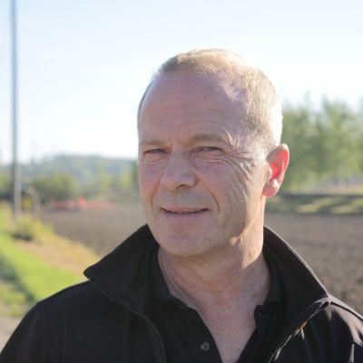 Jordbrukaren Peter Fritzén tittar in i kameran.