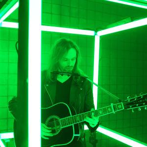 Muusikko Anssi Kela soittaa lasikuutiosa #kulttuurinvälikysymys -ohjelmassa