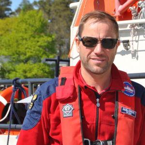 Sjöräddare Mikael Andersén framöfr sjöräddningsbåten