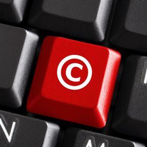 Närbild av ett tangentbord där en bokstav är utbytt till c-cymbolen som betyder Copyright.