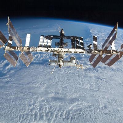 Den internationella rymdstationen ISS fotograferad i september 2009.