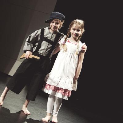 Albin Hamf spelar Emil och Ellen Haakana i Raseborgs sommarteaters version av Emil i Lönneberga.