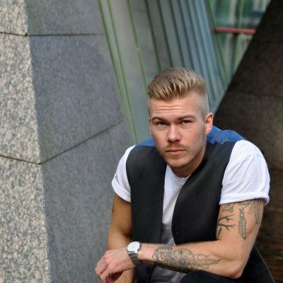 Joey Edström finlandssvensk artist poserar utanför Yle