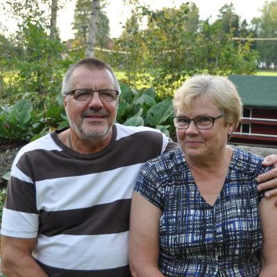 Carita och Kaj Karlsson på deras hemgård i Vessö, Borgå
