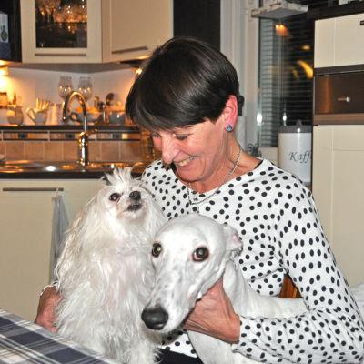 Marita Walk tillsammans med sina hundar Loppan och Venla