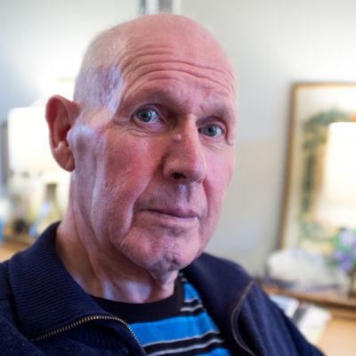 Bo Törnqvist är nöjd över att vara tillbaka på servicehemmet i Kyrkslätt. På rehabiliteringssjukhuset i Esbo hade han varken tillgång till teve, toalett eller svenskspråkig personal.