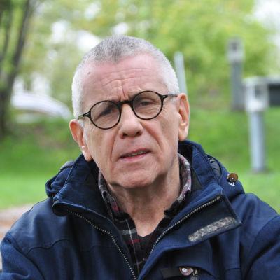 Jukka Tolonen i en park