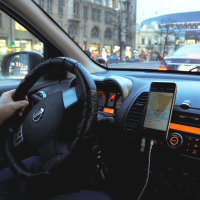 Uberförare kör i centrala Helsingfors.