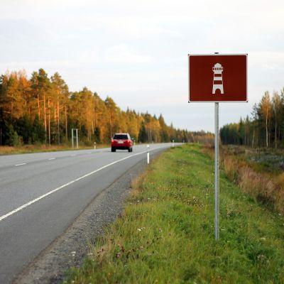 De som rör sig längs riksväg 8 har kanske sett att det dykt upp ett nytt trafikmärke.