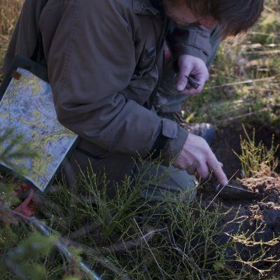 Arkeologer på jakt efter fornlämningar i Ingå skogar.