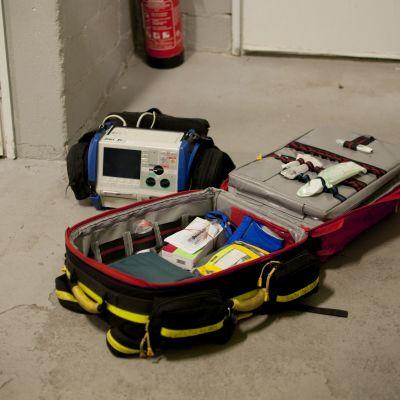 Ambulansens första hjälp väska med monitor.