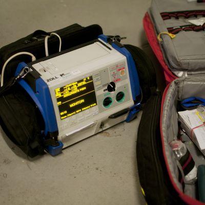 Monitor som mäter blodtryck och sätter igång hjärtat ifall det stannat.