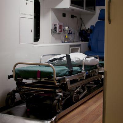 Bår inuti ambulansen.