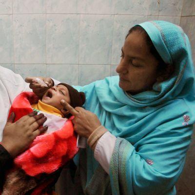 Hjälparbetare vaccinerar barn i Pakistan, vaccinen betalas av UNICEF