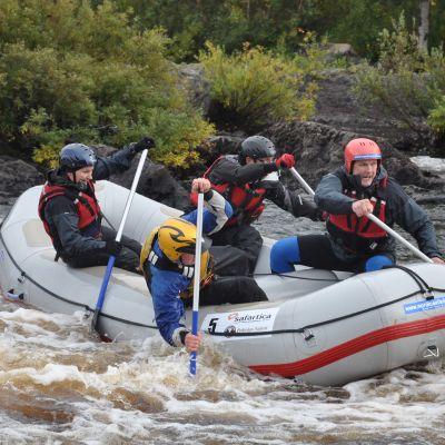 Kuvassa joukko  melojia laskee kumiveneellä Vikaköngästä.