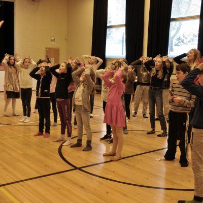 Regissören för Djurens planet Martina Roos och regiassistenten Anna Nora instruerar barnen i Åshöjdens grundskola.