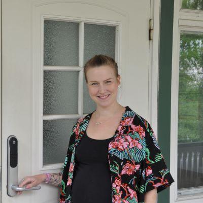 Johanna Kronstedt vid dörren till de ungas skyddshus