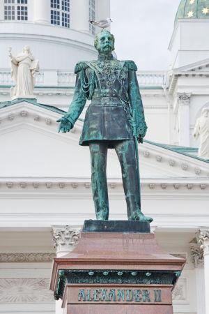 Tsar Alexander II:s staty på Senatstorget i Helsingfors.