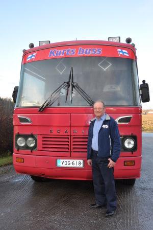 Kurt Svenlin framför sin egen buss