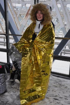 ett fan klädd i rymdfilt